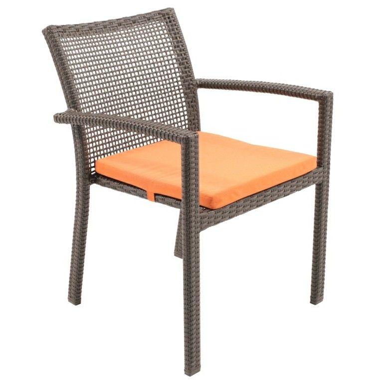 diseño minimalista de silla de rattan