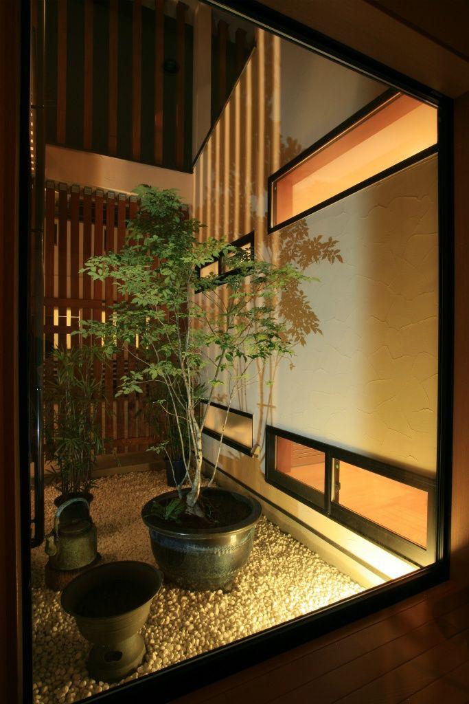 玄関横には坪庭を配置 和風の家の設計 和モダン 庭 庭 モダン