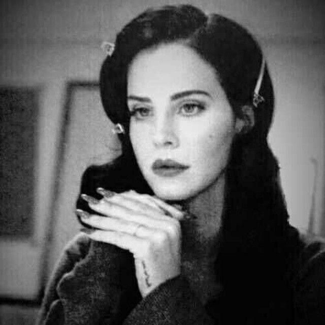 Eu continuo em meu mundo Black and White e eu acho isso muito lindo! #AliceOnrust #frases #alice #blackandwhite #ldr #lanadelrey #lanadelperfect #lanadelreyblackbeauty #blackbeauty #lifeisbeautiful #lanalifeisbeautiful #alicenopaisdasmaravilhas