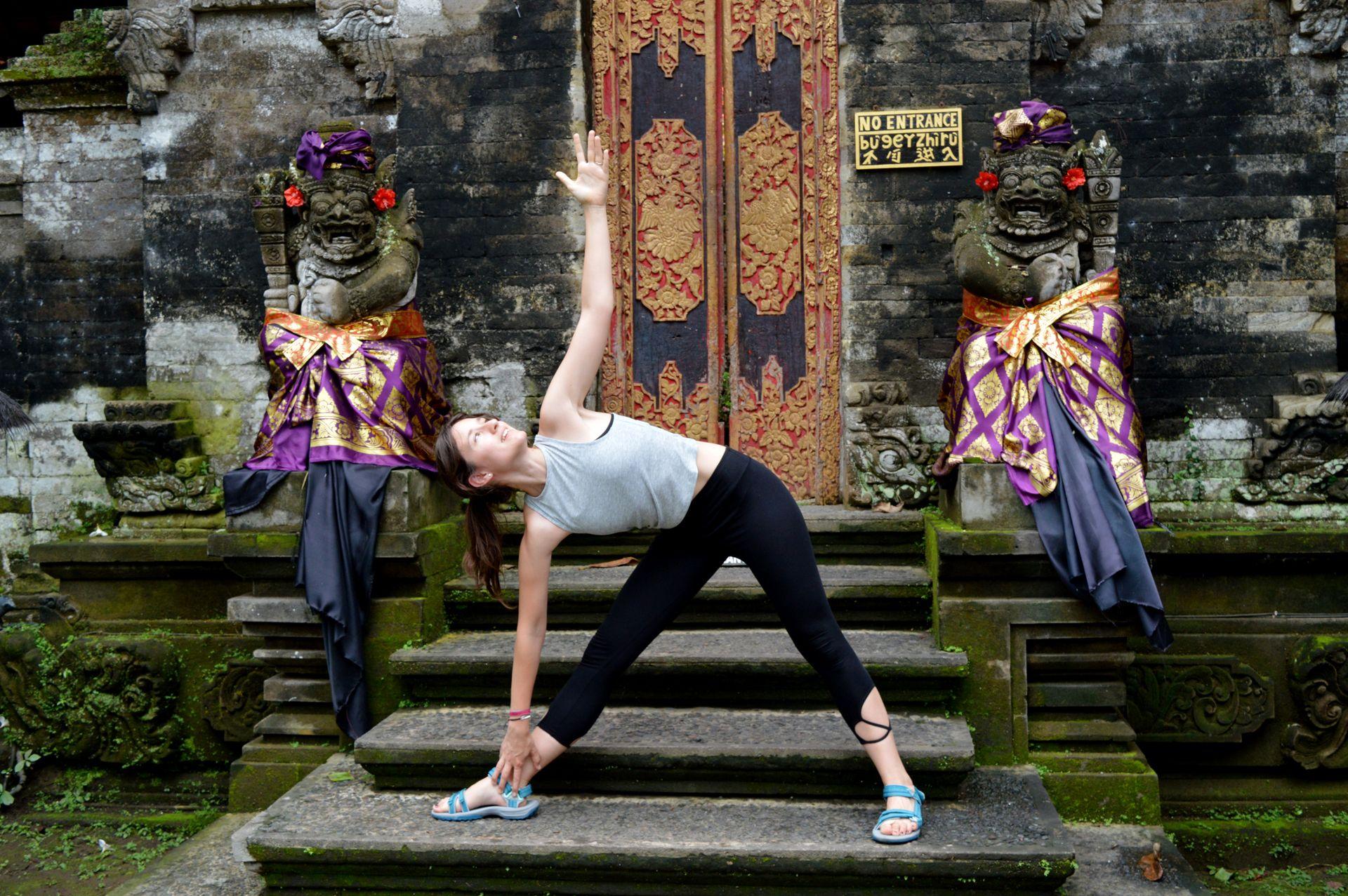 haciendo yoga en un templo de ubud