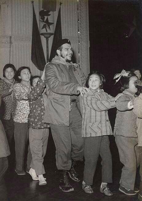 Şanghaylı çocuklarla oyun oynayan Che Guevara, 1960