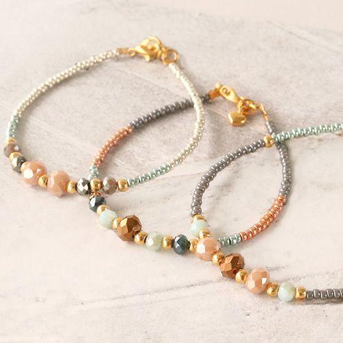 Photo of Bunte Armbänder aus facettierten Perlen mit goldenen Details – geldeizleme.com