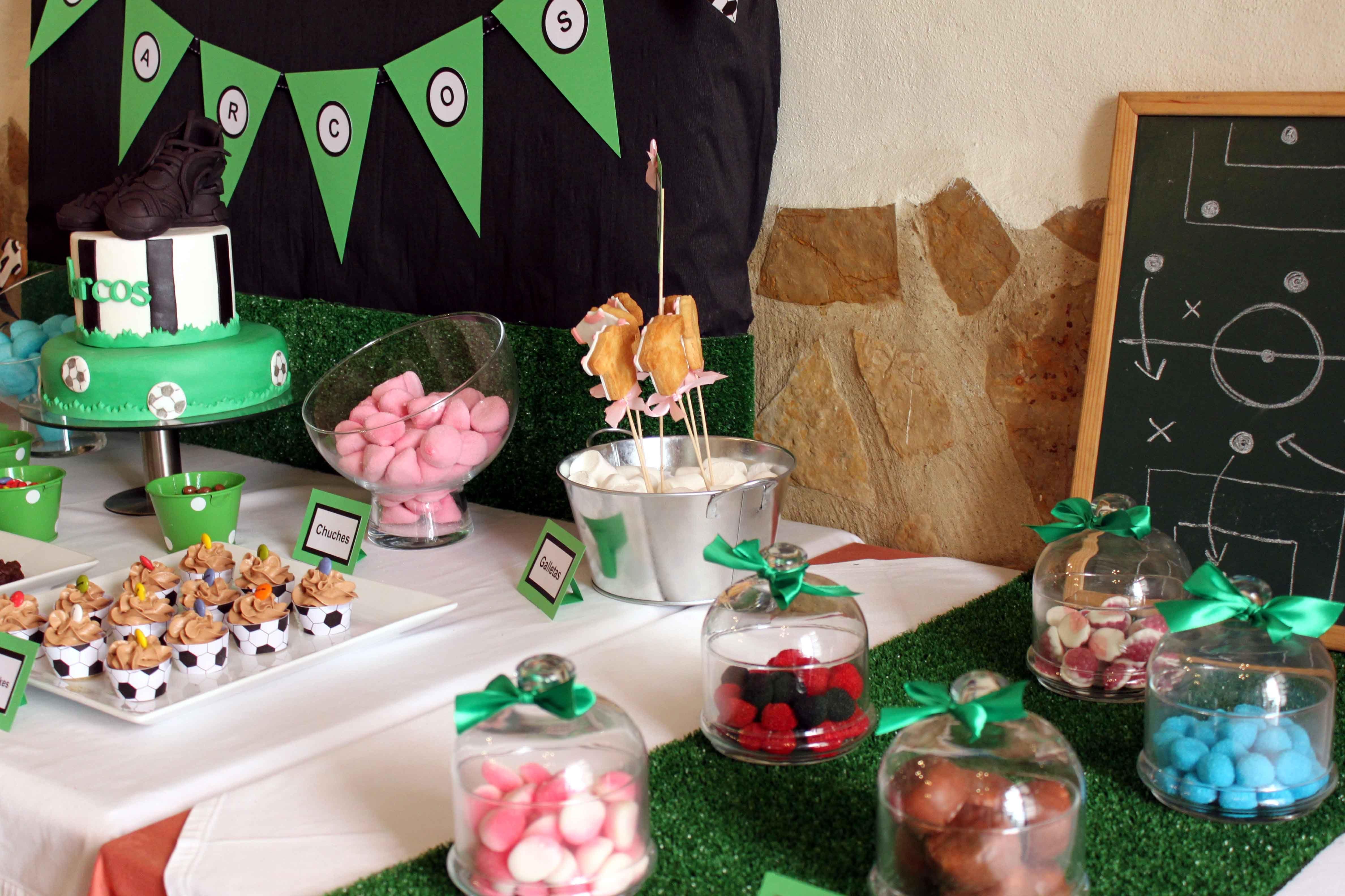 Mesa dulce con tem tica de f tbol para comuni n de ni o for Mesa de dulces para baby shower nino