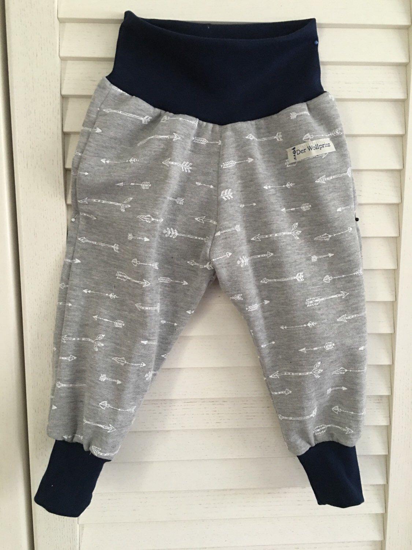 Baby u Kinderhose aus Sweatshirtstoff - Pumphose, Jogginghose mit Indianerpfeilen in Weiss bedruckt auf grauen Sweatshirtstoff