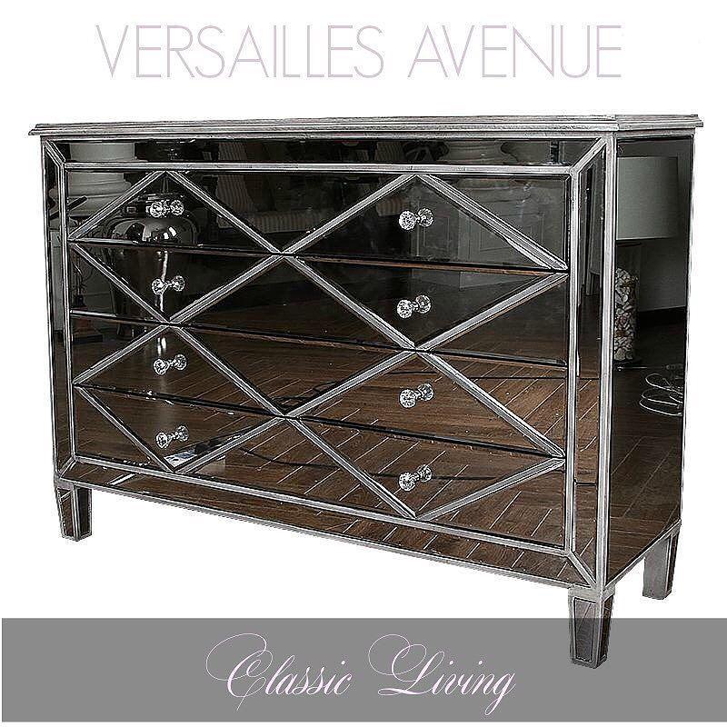 """Her er et møbel i vår nye speilkolleksjon """"VERSAILLES AVENUE"""". Dette er et nydelig og dekorativt møbel som passer like fint i en stue som et soverom.  Str: B:130 D:43 H:905 intropris: 6900 kr.  #classicliving"""
