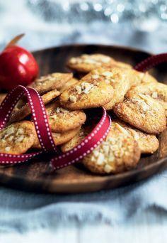 JUL: Vi har fundet mormors gamle opskrifter frem og byder julen velkommen med et fad af de mest populære småkager: pebernødder, klejner, vaniljekranse, håkonskager, jødekager, fedtebrød og brunkager. #vaniljekranseopskrift JUL: Vi har fundet mormors gamle opskrifter frem og byder julen velkommen med et fad af de mest populære småkager: pebernødder, klejner, vaniljekranse, håkonskager, jødekager, fedtebrød og brunkager. #vaniljekranseopskrift