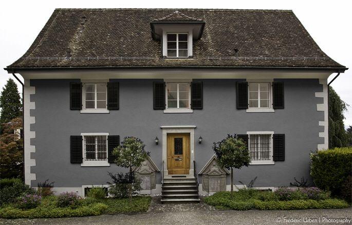 blaugraue hausfassade wei e akzente dunkles dach und dunkelblaue fensterl den favorisierte. Black Bedroom Furniture Sets. Home Design Ideas
