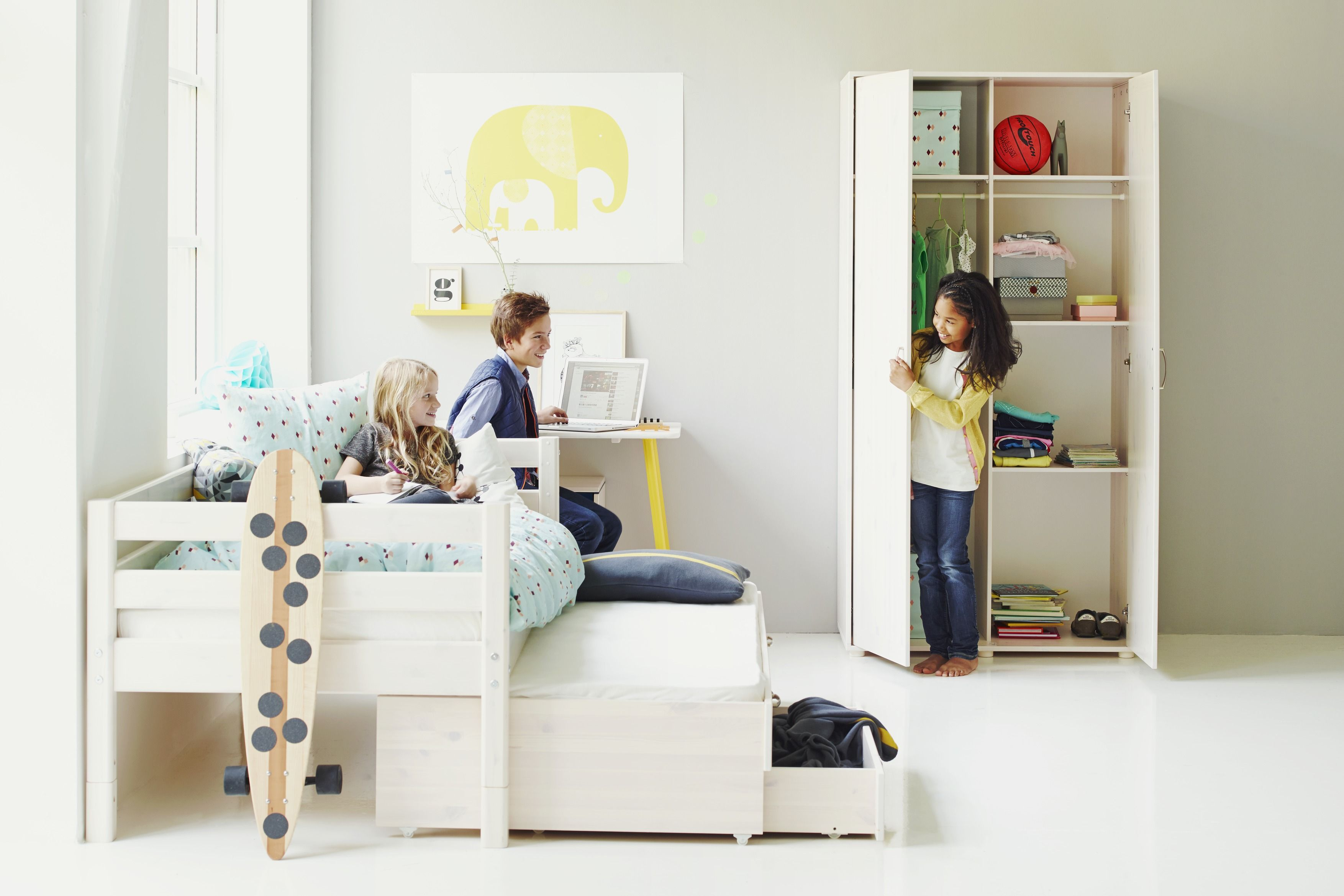 kinderzimmer mit bett flexa classic individuell zusammenstellbar und schrank flexa classic. Black Bedroom Furniture Sets. Home Design Ideas