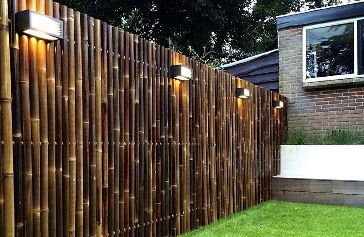 dunkel getönte Bambusstangen für den Sichtschutzzaun