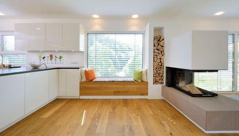 Gemütliches Sitzfenster zwischen Küche und Kamin | Haus Ingelfinger | Fertighaus WEISS #hausinterieurs