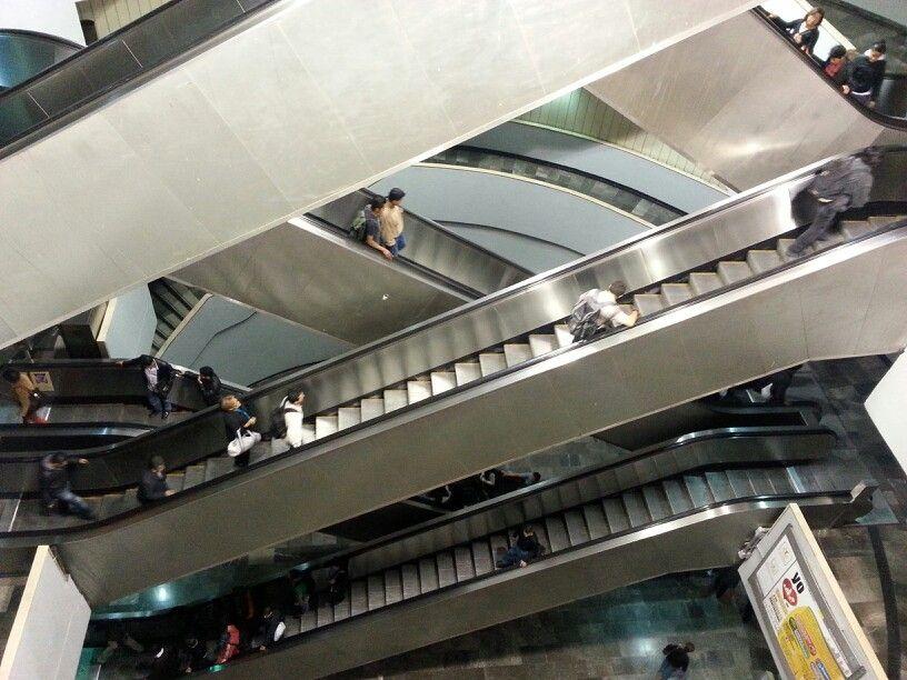 Escaleras de la estación del metro Refinería. #metro