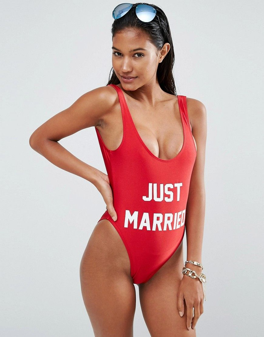¡Cómpralo ya!. Bañador Just Married de Private Party. Swimsuit de Private Party, Tejido de baño elástico, Diseño con forro, Escote pronunciado, Estampado de eslogan, Espalda redonda baja, Pernera de corte alto, Lavar a mano, 80% nailon, 20% elastano. ACERCA DE PRIVATE PARTY We're joining the in-crowd with LA-based swimwear brand Private Party. Inspired by music and pop culture, its so-now graphic prints and slogan designs are worn by Miley and the Kardashians. Te puedes hacer una idea d...