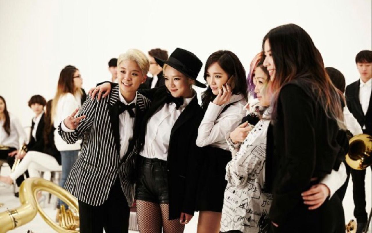 Jia is holding the phone in BTS of Amber's 'Shake that Brass' with miss A's Jia & Min, Irene Kim, and SNSD's Hyoyeon