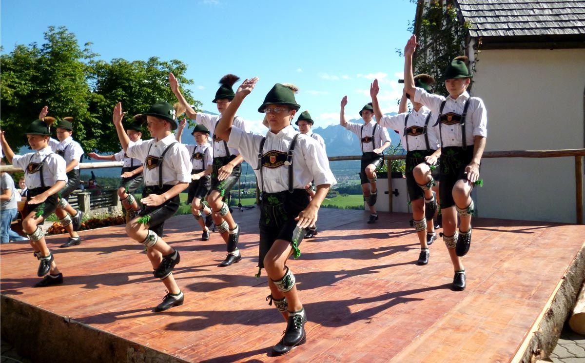 Schuhplattler im Berchtesgadener Land   Lederhosen kids, Hunky men,  Lederhosen
