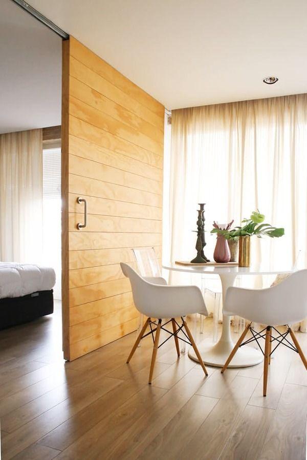 Puerta corrediza de madera con riel a la vista sypialnia for Riel para puerta corrediza