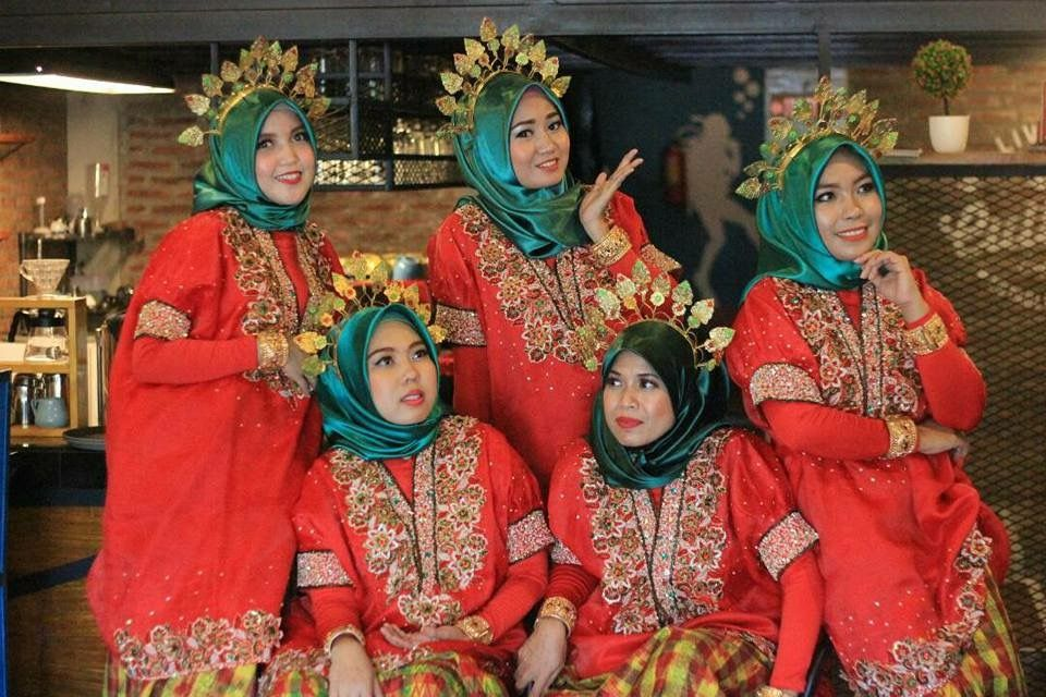 Baju Adat Dari Makassar Di Modifikasikan Dengan Hijab Pakaian Gaya Pengantin Pengantin