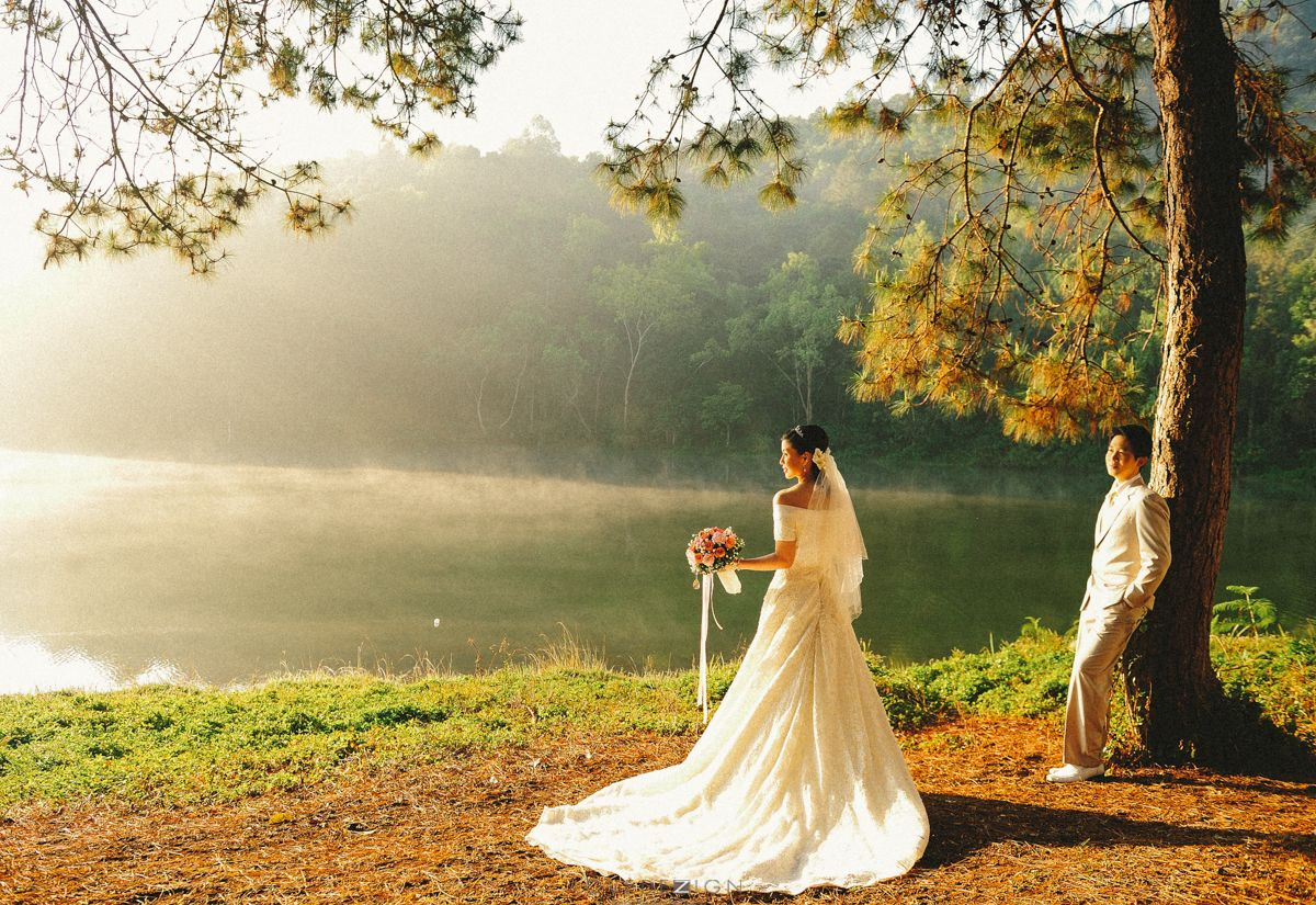 pre wedding photo from Pang Ung reservoir, Pai, Mae Hong Son province in Thailand.  photograph by www.lovedezign.com
