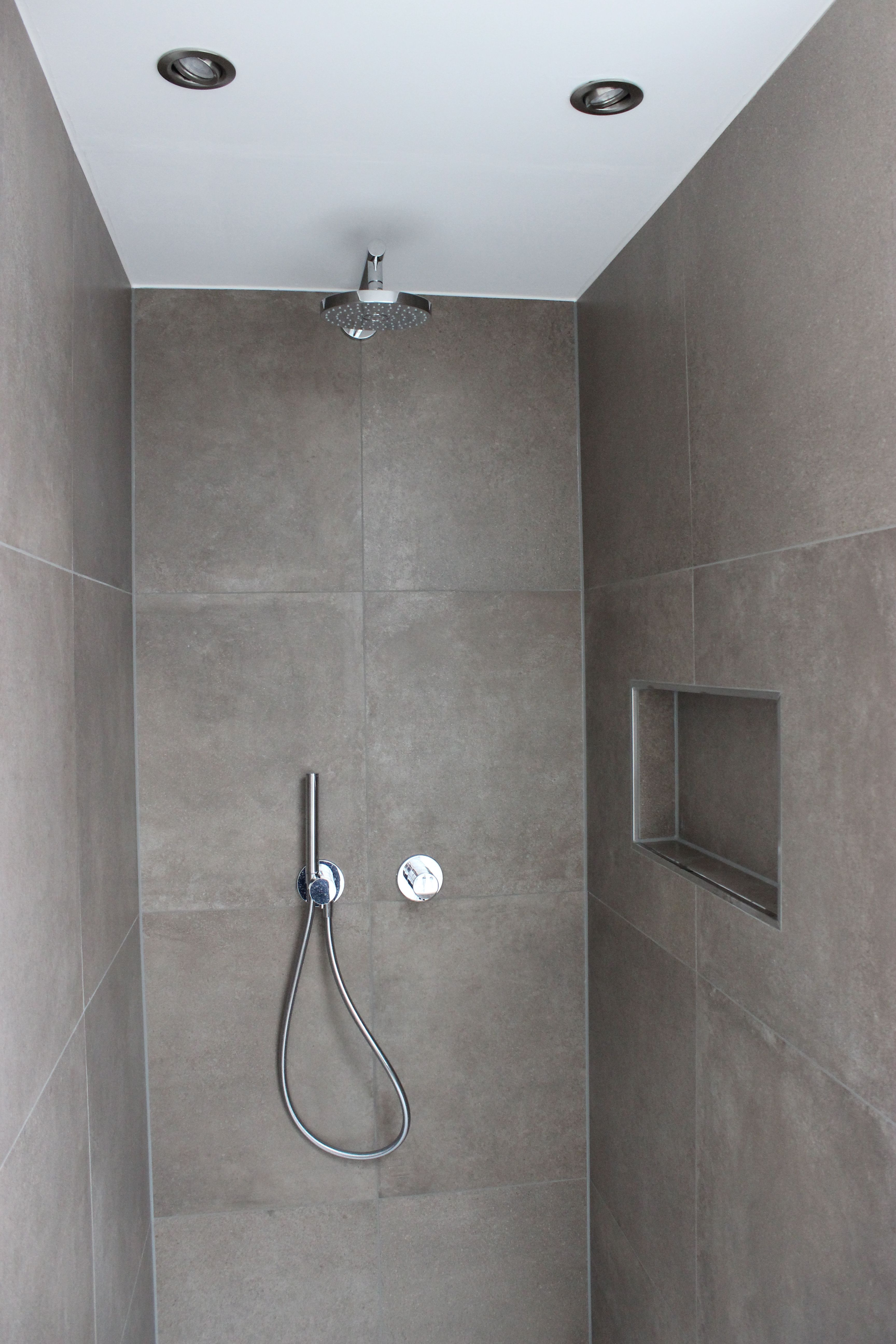 Modernes Zeitloses Bad Mit Praktische Nischen Fliesen In Betonoptik Farbe Mokka Wande Stucco Feinspachtel Mit G Fliesen Betonoptik Betonoptik Badezimmerideen