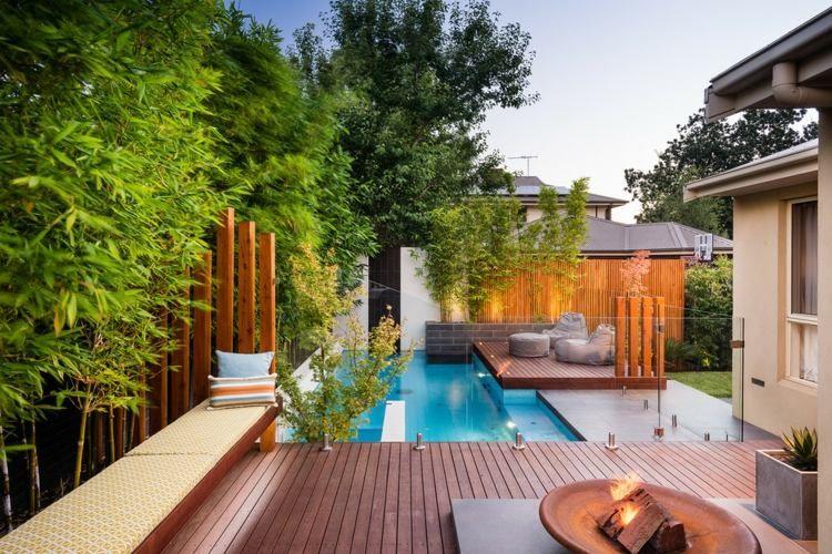 moderne gartengestaltung - pool, holzterrasse und glaswände, Garten Ideen