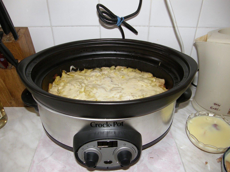 Protože mám hrnec s nádobou z kameniny osmažila jsem na sporáku v nádobě na 2 lžících cibulku a na kousky pokrájená kuřecí prsíčka, přidala jsem...