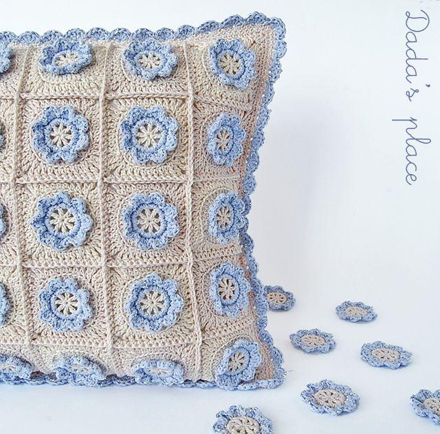 Little flower crochet pillow (Dada\'s place) | Las flores, Flor y Lugares