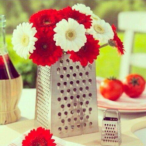 Que tal inserir raladores na decoração do chá de cozinha ? Fica... #wedding #weddings
