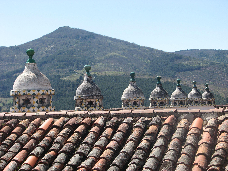 Foto tomada desde una de las ventanas en los pasillos del parador. Las chimeneas son preciosas.