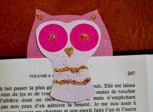 Faire un marque page en papier. Ajouter des attaches parisiennes pour les yeux!