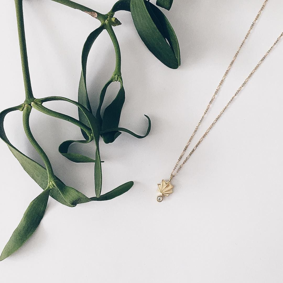 Kys under mistelten 💋 #kys #mistelten #kysundermistelten #småkys #aldrigudenforsæson #kiss #kisses #misteltoe #kissesunderthemistletoe #meringue #meringuekisses #littlekisses #neveroutofseason #gold #guld #silver #sølv #diamond #diamant #smykker #jewelry #jewellery #guldsmed #jeweller #goldsmith #handcrafted #handmade #danishdesign #guldsmedlouisedegn