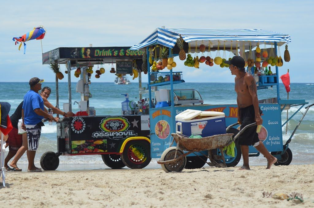 Trabalho de ambulantes na Praia da Barra da Lagoa