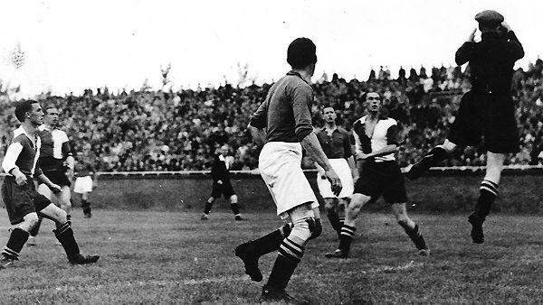 Ajax speelde door het reisverbod en de avondklok in de oorlogsjaren voornamelijk wedstrijden in Amsterdam en omgeving. Op 12 oktober 1941 werd nog wel de Klassieker gespeeld. Ajax versloeg Feyenoord met 2-1.