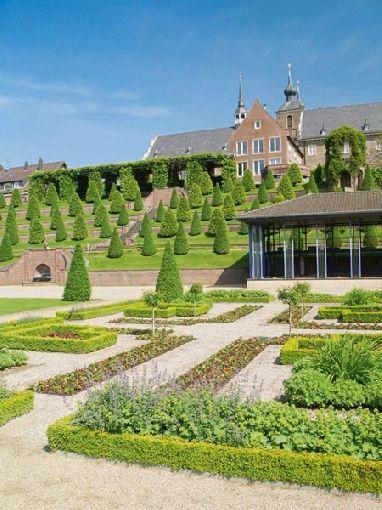 Beet Und Wegbegrenzungen Bringen Ordnung In Die Grun Oase Ein Bisschen Versailles Fur Zu Hause Versailles Gartenanlage Beetbegrenzung