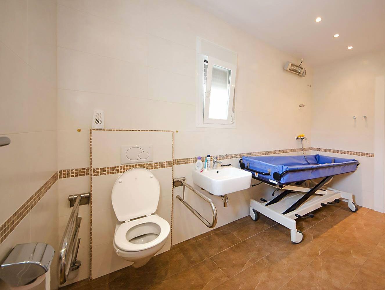 Villa Xenofilia V heeft een ruime aangepaste badkamer met ...