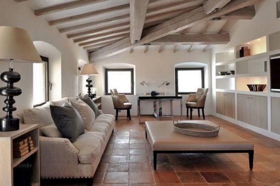 Eine Kombination Aus Sichtbaren Holzbalkendecken Und Terrakotta Fliesen Böden  Gibt Eine Weiß Lackiert Wohnzimmer Eine Natürliche Und Gemütliche  Atmosphäre.