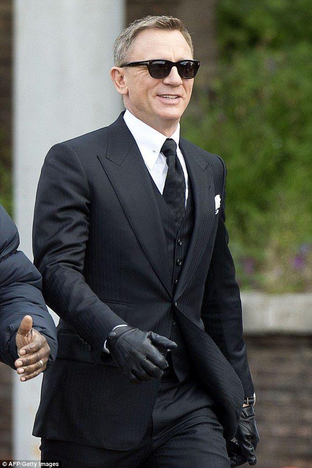 Daniel Craig drives Aston Martin DB10 in new James Bond film  239fae947c6