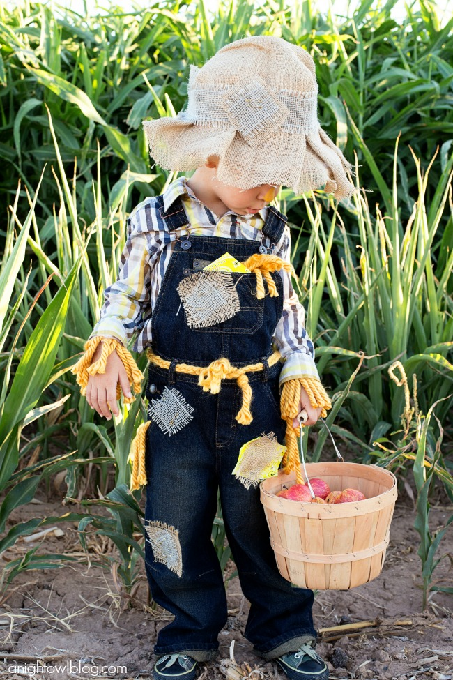 Easy No Sew Scarecrow Costume #scarecrowcostumediy This Easy No Sew Scarecrow Costume is a breeze to make and is just oh so cute! #scarecrowcostumediy