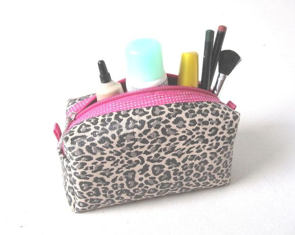 necessaire box em material sintético estampa de onçinha com detalhe em pink. Ótima para carregar na bolsa com a maquiagem básica,kit manicure,o que couber nessa gorduchinha...  -material externo emborrachado estampado,viés (acabam. do zíper e alçinha),zíper pink -forrada com emborrachado pink  Medidas  8,5 cm A x 15 cm L x 7cm de Base R$ 28,00