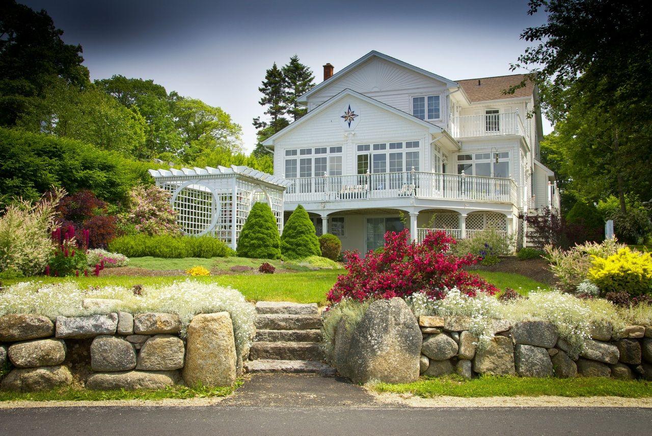Дизайн деревянного дома белого цвета в классическом стиле ...
