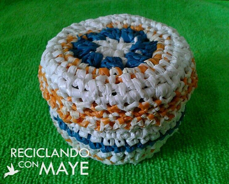 Joyero confeccionado reciclando envase plástico de refresco y bolsas plásticas recicladas tejidas a crochet.
