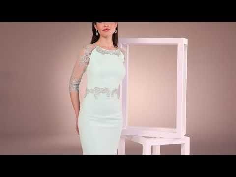 5b5b22653 Vestido de fiesta largo realizado en crepe y un elegante tul bordado con  pasamaneria rodeando la cintura y el escote