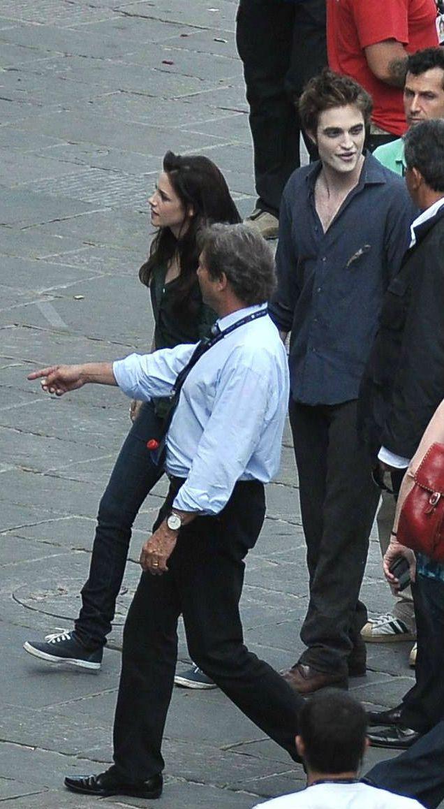 Rob Pattinson Kristen Stewart On The Set Filming New Moon In Italy Twilight Film Twilight Funny Twilight New Moon