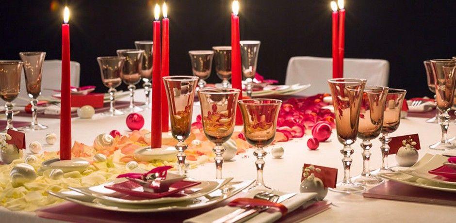 Table chemin de table pétales de roses en dégradé  Carine Pinon (1280.fr) et Soizic Chomel pour la Maison OPTIONS  Photo Clara Joannides