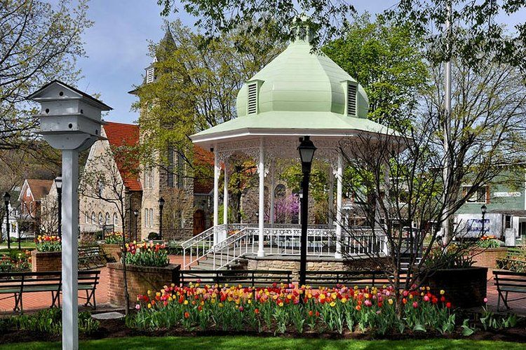 5 Real Life Towns Like Stars Hollow That Gilmore Girls Fans Would Love In 2020 Stars Hollow Gazebo Gilmore Girls