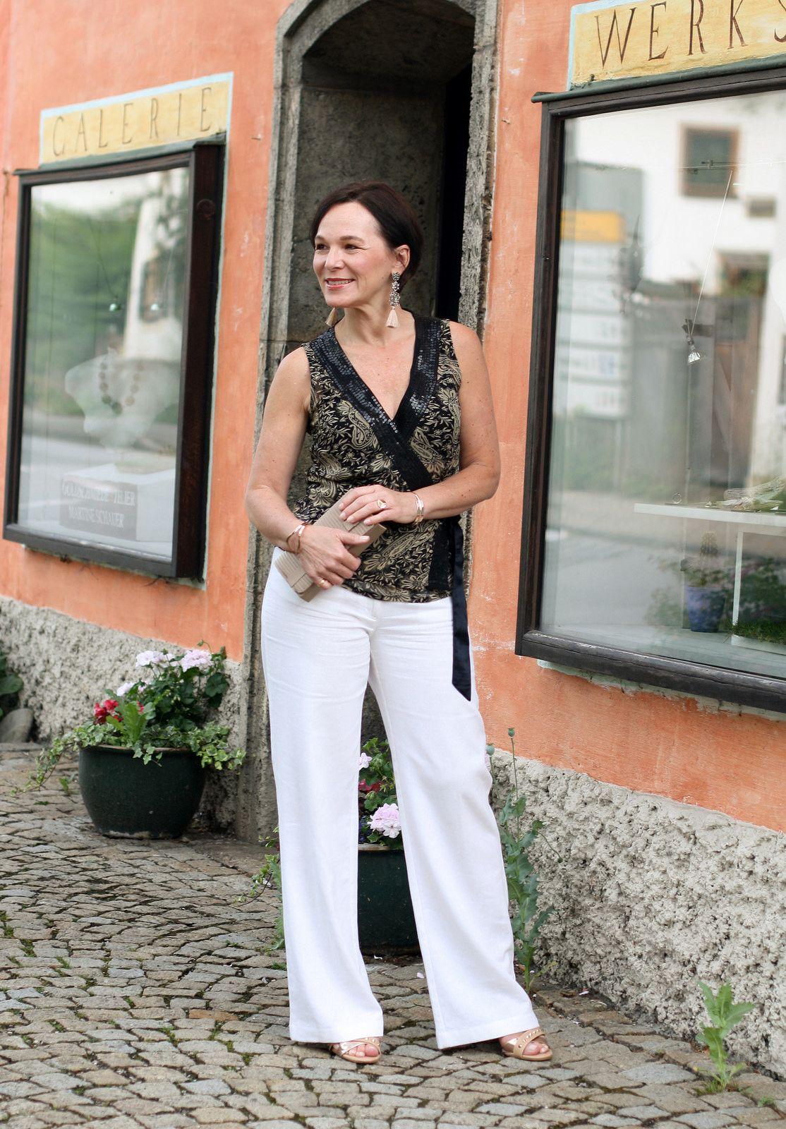 Outfit für einen Sommerabend in Marlenehose, Paillettentop und Statement Ohrringen