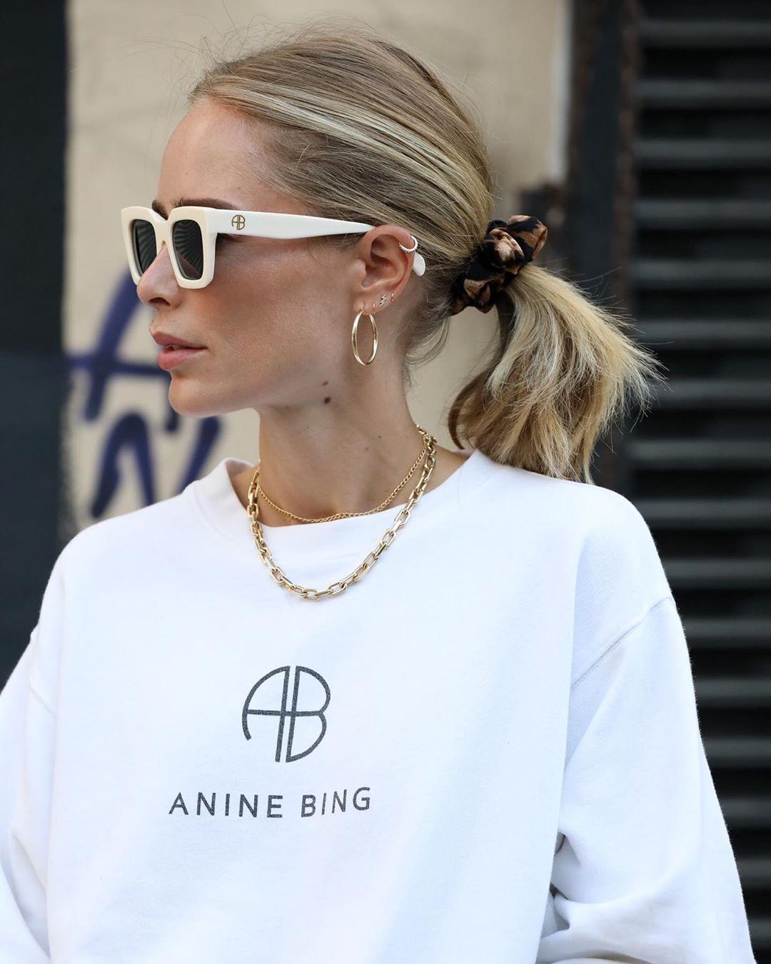 "bäst billigaste priset webbutik ANINE BING on Instagram: ""Obsessed with hair scrunchies lately. Anyone else  loving them?"" | Anine bing, Perfect white tee, Scrunchie hairstyles"