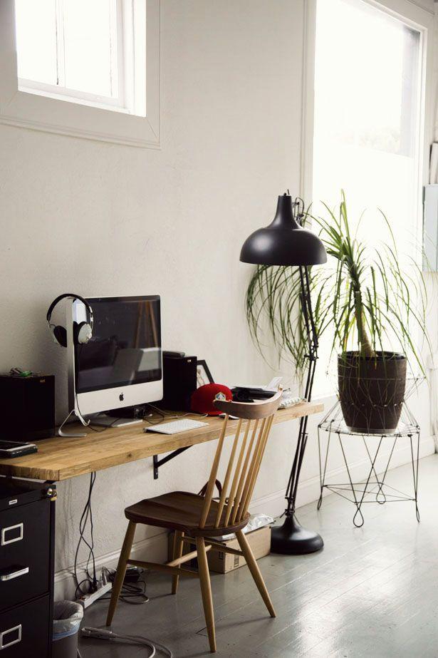 La lámpara de pie le da mucha onda a este escritorio con estilo simple.