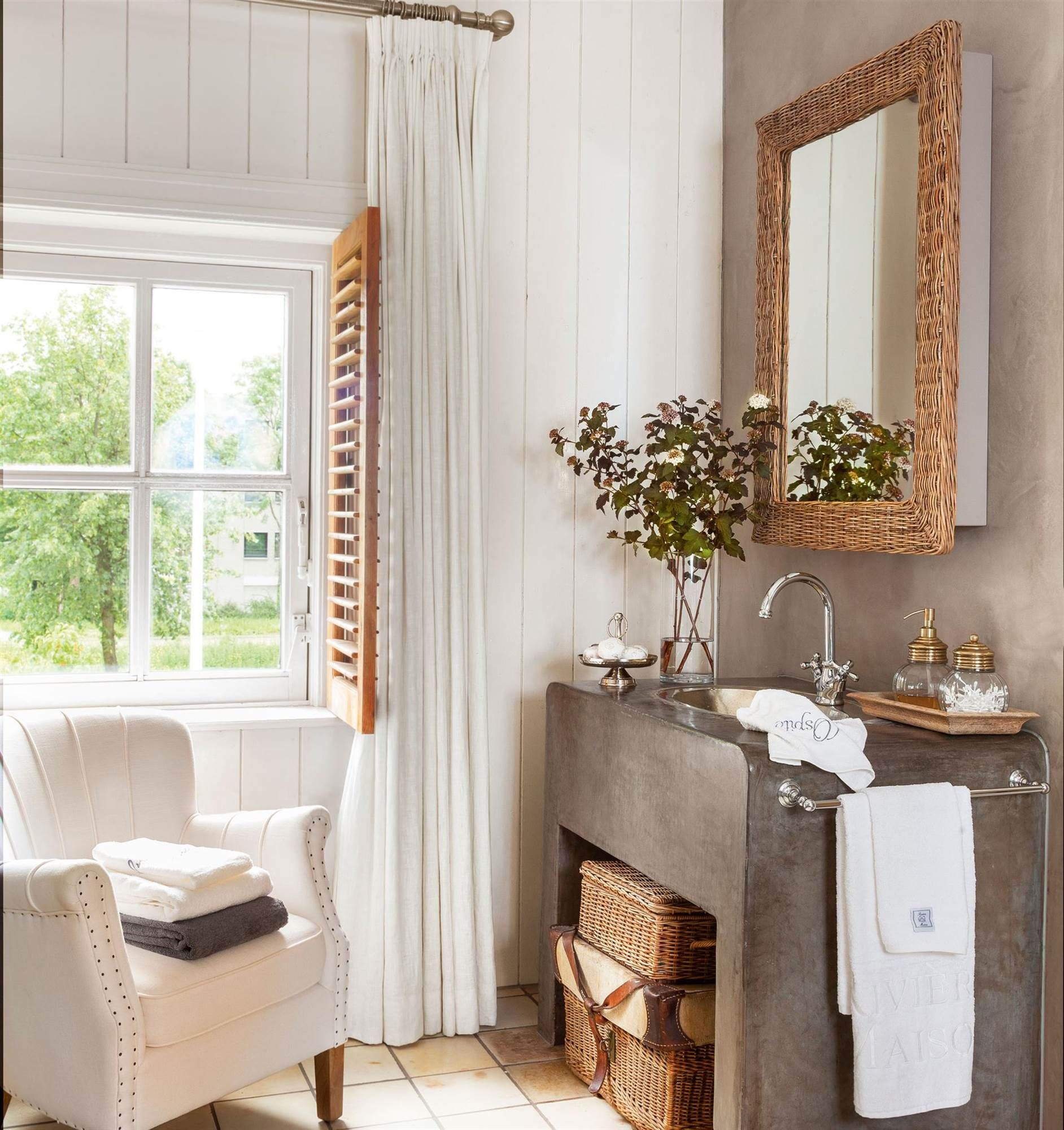 espejo con marco de mimbre sobre lavabo de microcemento_00409029 ...