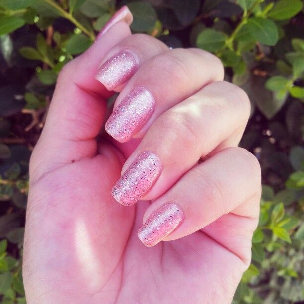 Uñas color rosa palido con gliter