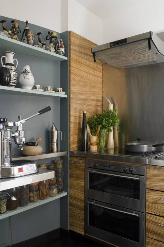 Ciekawe Polaczenie Sciana Pomalowana Na Szaro Wodoodporna Farba I Fornirowana Plyta Ktora Pojawia Sie Nie Tylko Jak Open Kitchen Shelves Kitchen Oven Kitchen