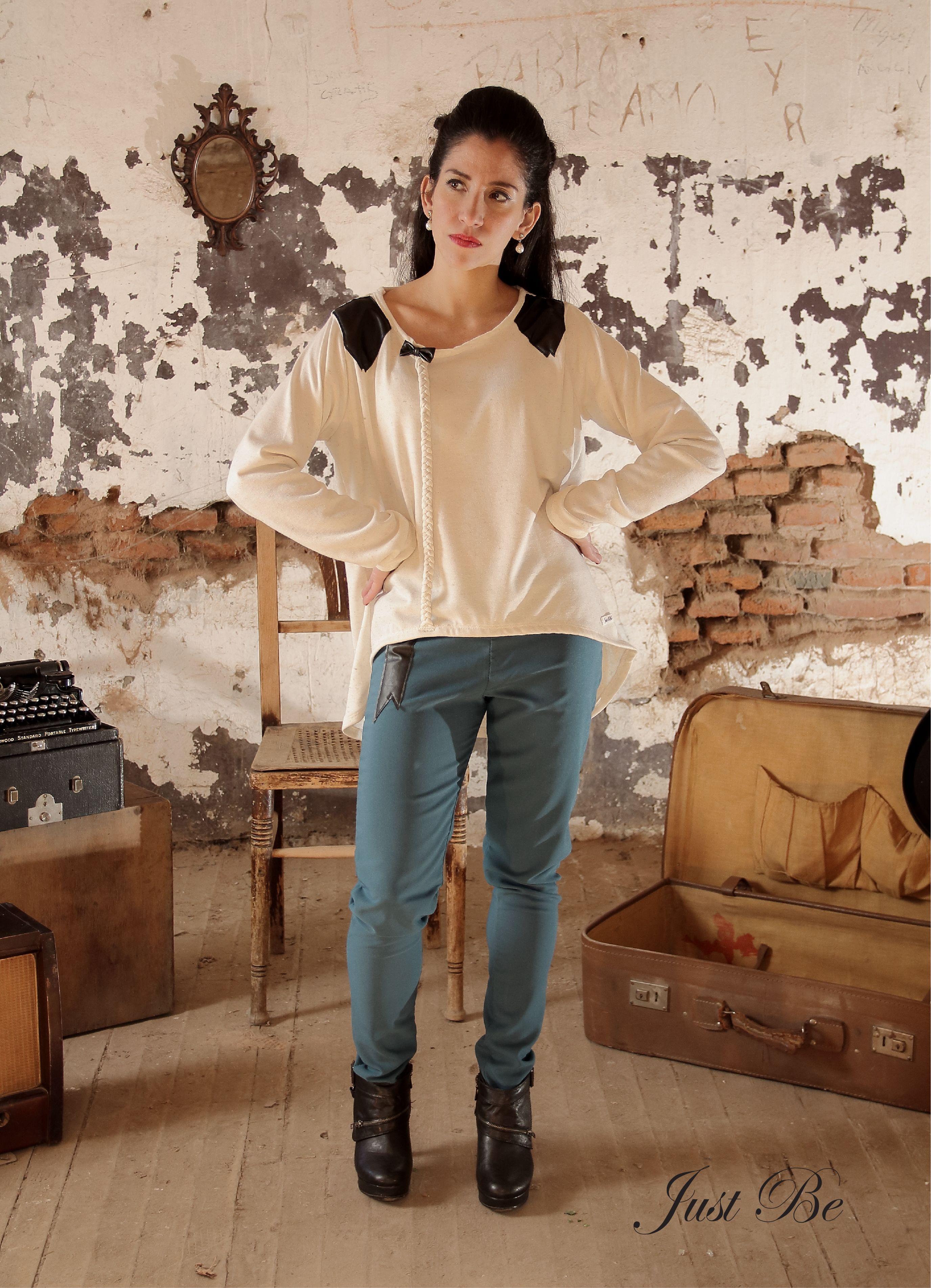 Sweater de lanilla color Cremita Apliques y Moños en eco-cuero Trenzas de lanilla Pantalón con spandex de gabardina Azul-Turquesa  Apliques de eco-cuero